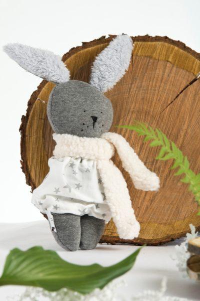 prezent dla pracownika z okazji narodzin dzieckamaskotka króliczek Tulaki zestaw prezentowy narodziny dziecka baby shower