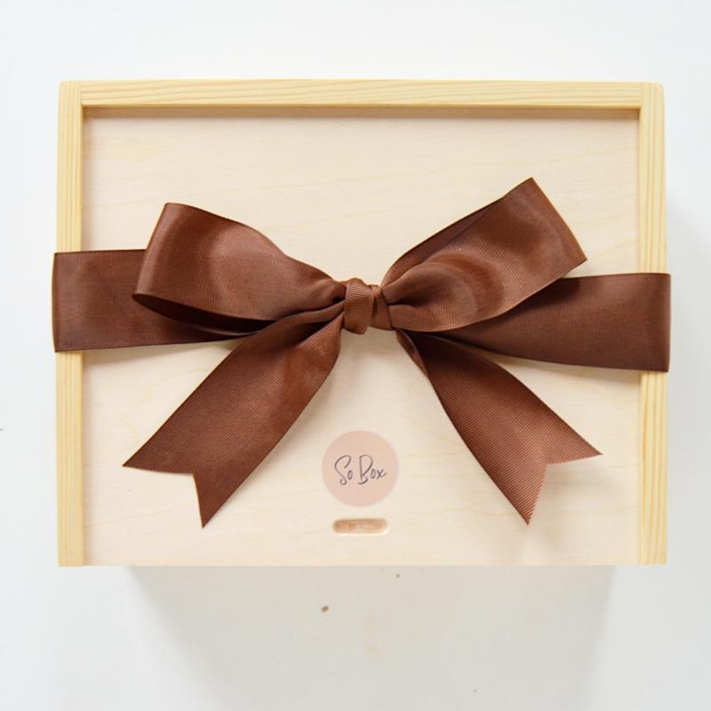 box brown brązowy box prezent z brązową wstążką