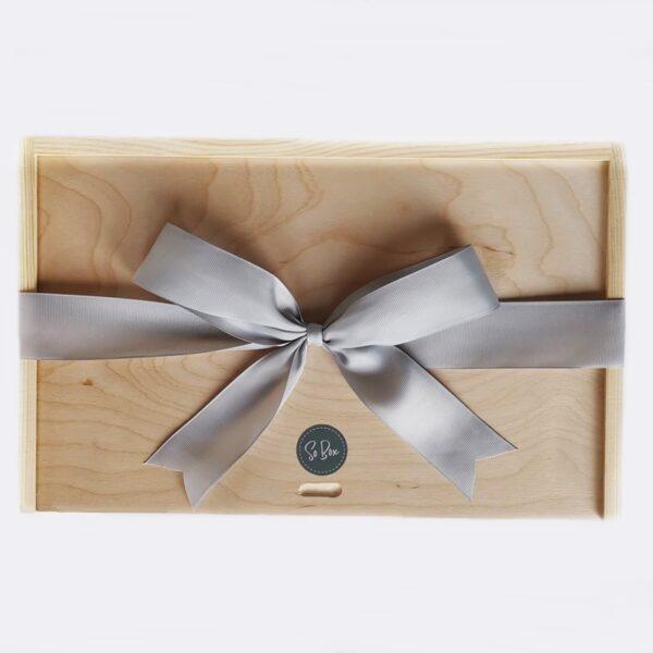 box drewniany ze wstążką na prezent szary