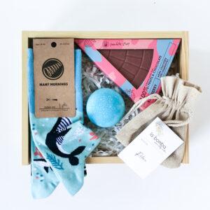 morski Gift box dla niej ze skarpetkami ocean life Many Mornings i czekoladą